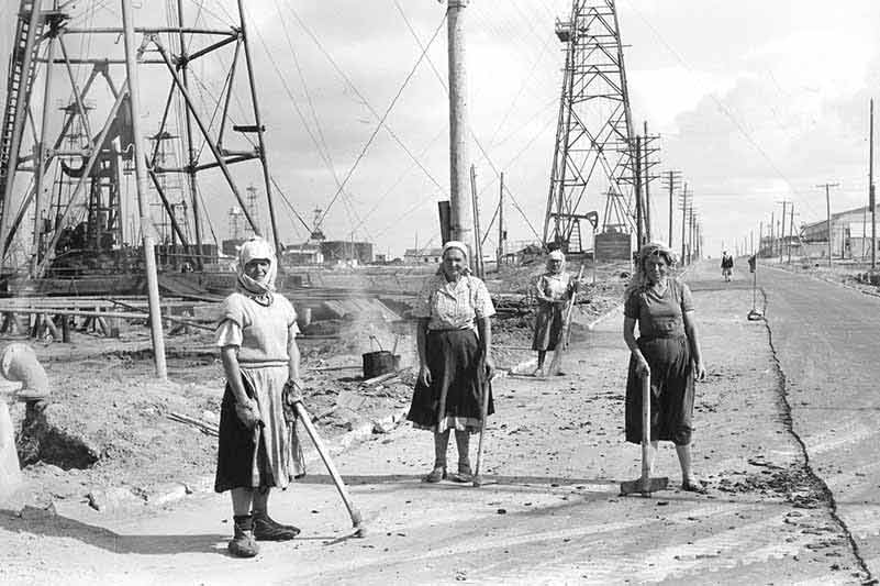 Women working on oil fiels